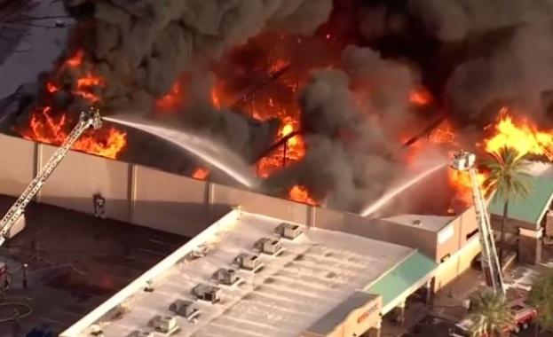 Голям пожар в хранителен магазин в Аризона (видео)