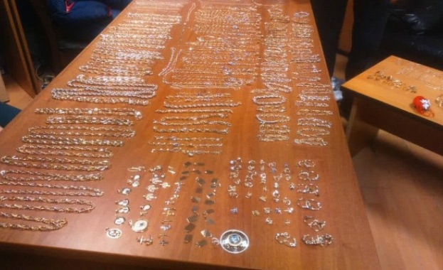 Над 1,4 кг контрабандно злато в тайник на автобус откриха