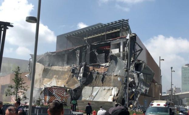 Част от сграда на луксозен търговски център в Мексико се