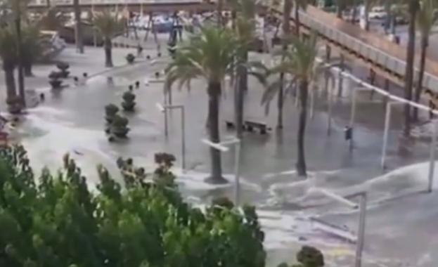 Мини цунами удари два испански курорта, като наводни заведения и
