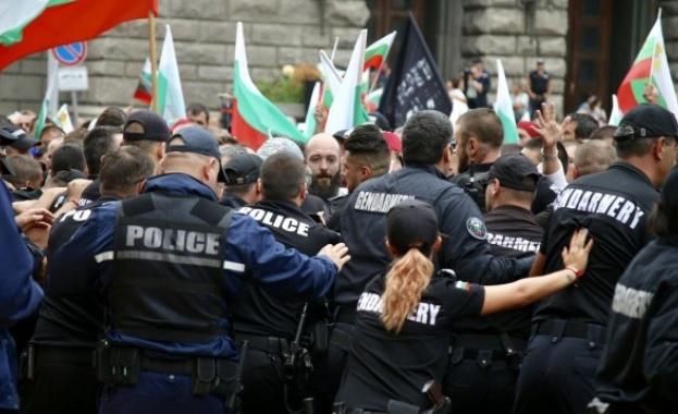 Протестиращите животновъди се опитаха да нахлуят в сградата на Министерски