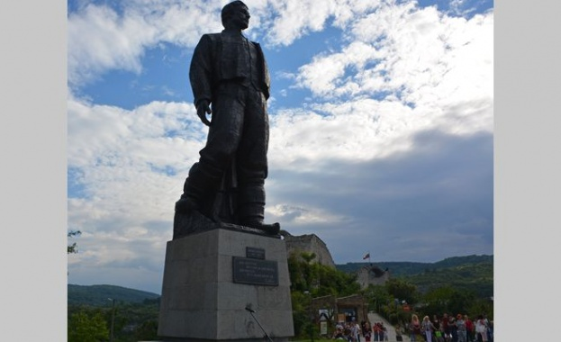 Вандали са осквернили паметника на Васил Левски в Ловеч в