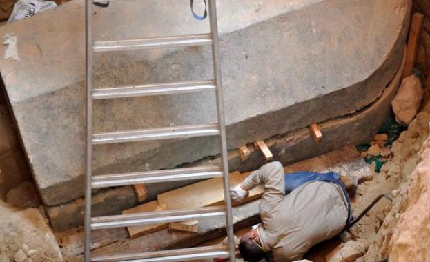 Археолозите в Египет откриха в Александрия масивен черен гранитен саркофаг,