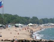 Плажът невъзможен? Майка на дете с увреждания не може да стигне до морето