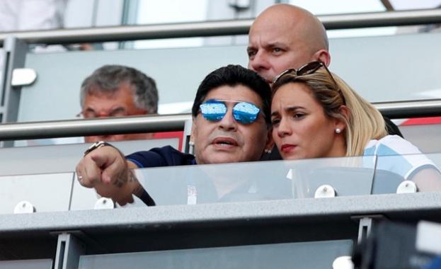 Диего Марадона няма скоро да слезе от първите страници на