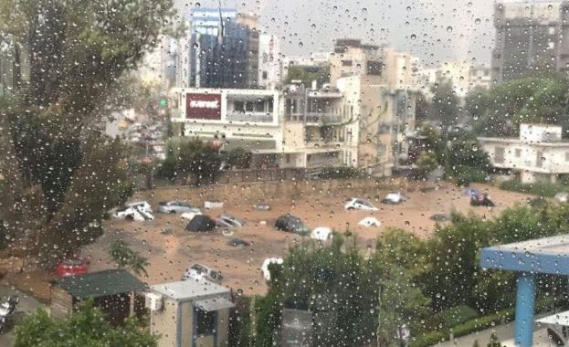 Мощна буря удари североизточните квартали на гръцката столица Атина. След