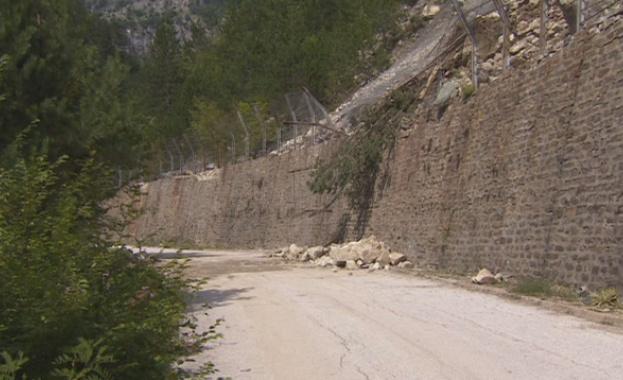 Движение в една лента през прохода Шипка заради свлачище