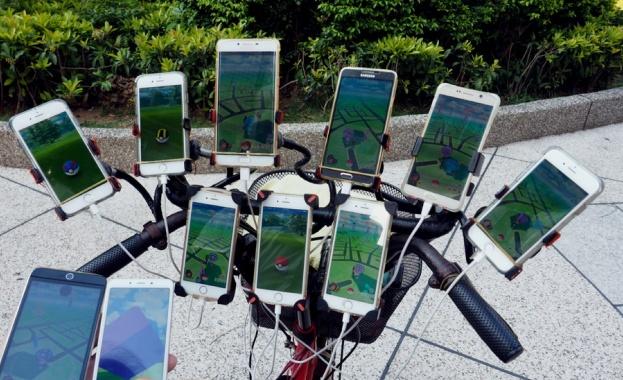 Дядо оборудва колелото си с 11 смартфона, за да играе Pokemon Go