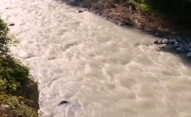 Река Малък Искър сменя цвета си: Опасна ли е водата ?