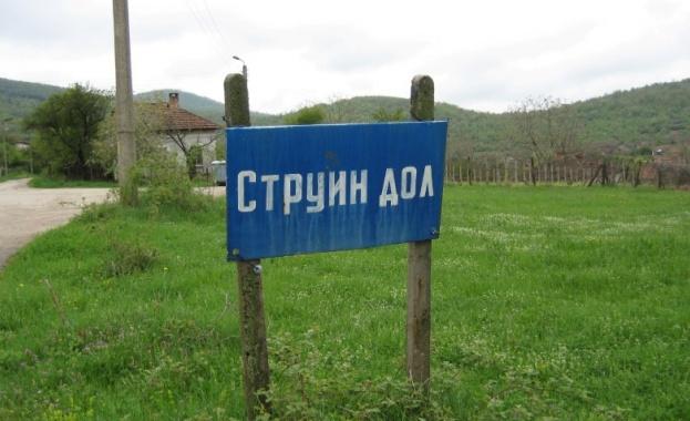 Лекари доброволци преглеждат възрастни хора по селата