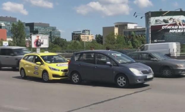Жена се ядоса на такси в София... удари го пет пъти на задна