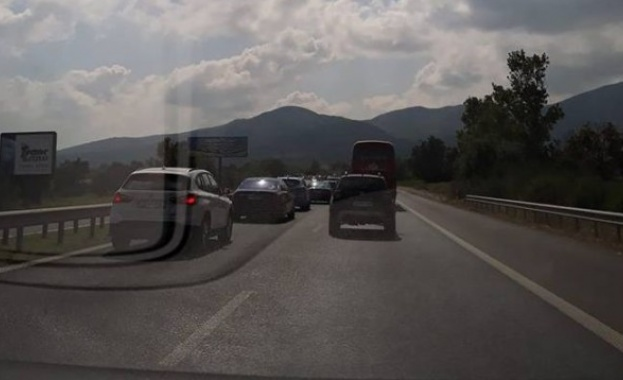 Снимка: Аварирал ТИР блокира магистрала Тракия