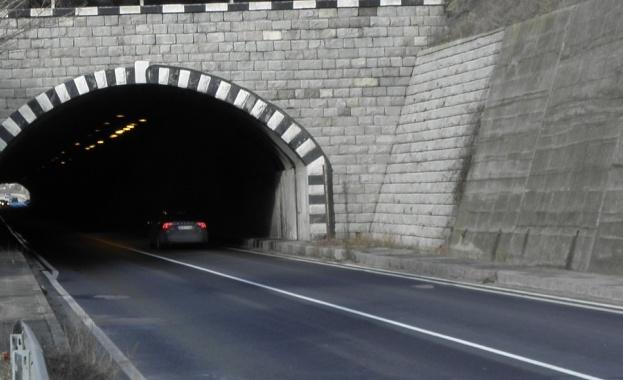 """Снимка: Ограничават движението в тунел """"Траянови врата"""" на магистрала """"Тракия"""""""