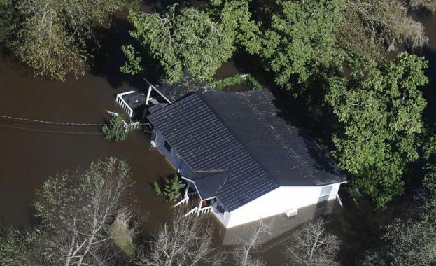 """Ураганът """"Флорънс"""" удари източното крайбрежие на САЩ"""