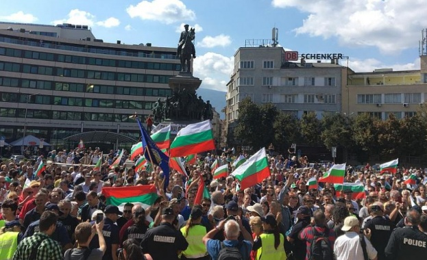 Протест срещу правителството пред парламента (видео)