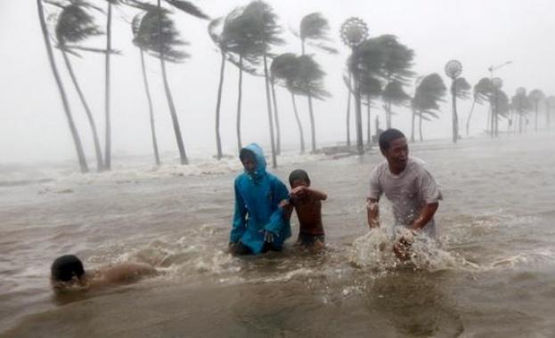 Тайфунът Мангхут сее хаос в Хонконг, след като взе десетки жертви във Филипините