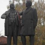 В разложко село се издига паметник на Ленин и Димитров, финансиран с пари от Америка