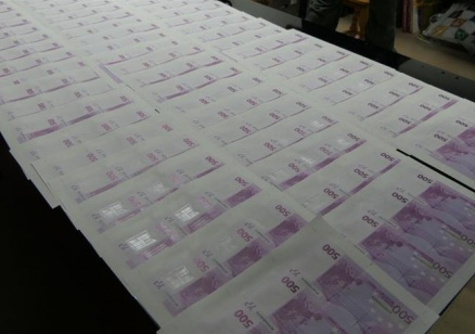 Разкриха печатница за фалшиви банкноти в хотел в Слънчев бряг (видео)