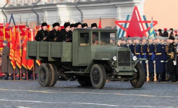 Марш на Червения площад в чест на парада от 1941 г.