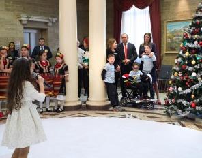 """Деца на """"Българската Коледа"""" украсиха елхата в Президентството"""