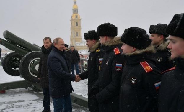 На руската Коледа Путин стреля с топ в родния си Санкт Петербург
