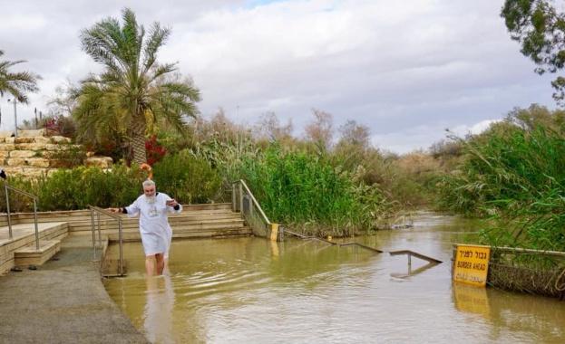 Владо Пенев се кръсти в река Йордан