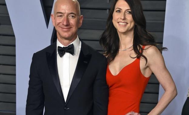 Босът на Amazon олеква с над $ 55 милиарда за развода си
