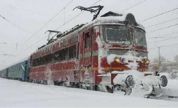 Поради усложнена метеорологичната обстановка и обилния снеговалеж в страната движението