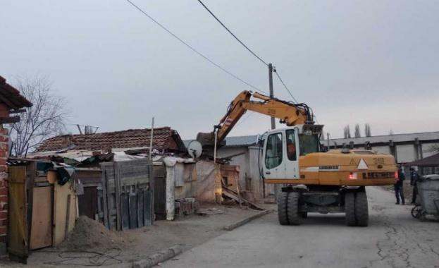 Събарянето на незаконните къщи в село Войводиново продължава