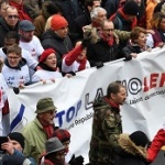 Жълти жилетки, сини жилетки и червени шалове: Защо протестират французите?