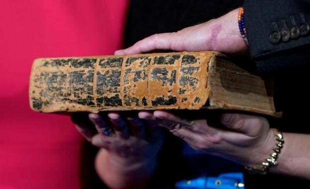 Откриха Библия на 1200 години у трафиканти в Турция