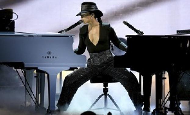 Алиша Кийс – пет тоалета, две пиана, една уникална изпълнителка (ВИДЕО)