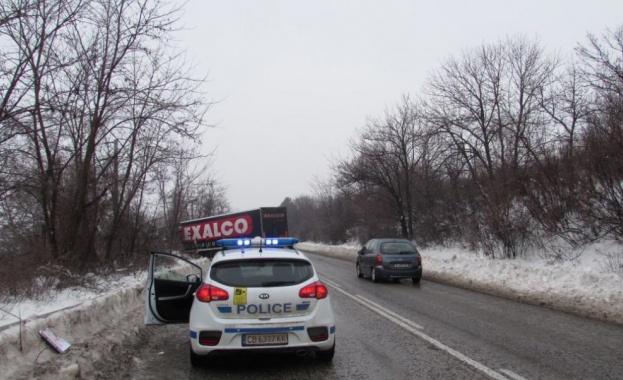 Обърнат ТИР затвори Ришки проход, съобщиха от полицията. В камиона
