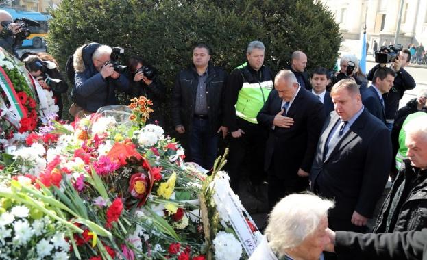 Бойко Борисов поднесе цветя пред паметника на Васил Левски в столицата