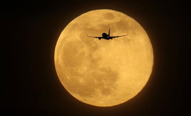 Индийска лунна мисия стартира след месец