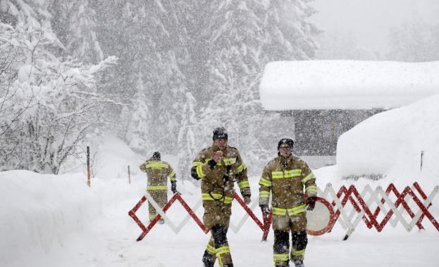 Бурни ветрове, снежни виелици и проливни дъждове връхлетяха по-голямата част