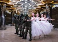 Войници от Росгвардия с нестандартна фотосесия... за 8-ми март