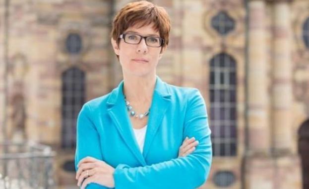 Наследничката на Меркел се обяви против идеята на Макрон за минимална заплата в ЕС