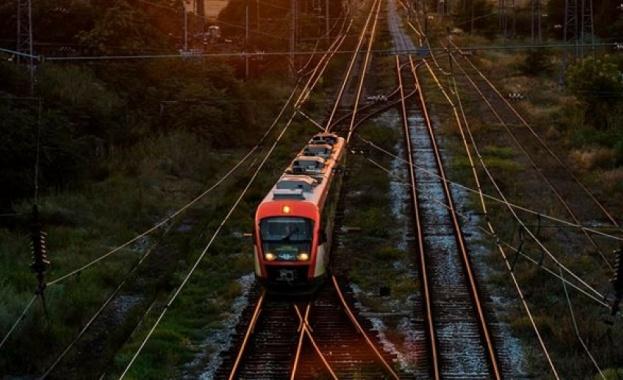 Влак блъсна човек край Лакатник
