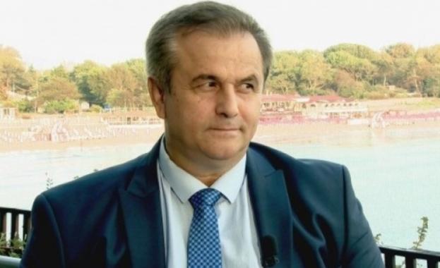Отстраненият кмет на Созопол Панайот Рейзи влиза тайно в кабинета си