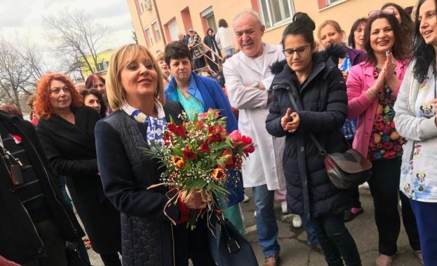 """Старозагорци се жалваха на Мая Манолова от """"банково заробване"""" и колекторски фирми"""