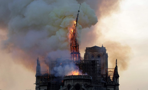 """Говорител на """"Нотр Дам"""": Цялата катедрала гори, най-вероятно ще бъде унищожена изцяло"""