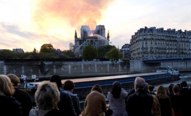 Кметът на Париж: Като по чудо олтарът и кръстът в Нотр Дам са спасени