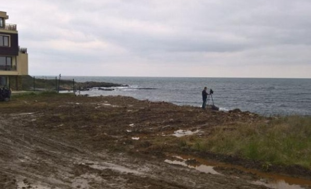 Тонове камъни и пръст бяха изсипани незаконно  край Черноморец