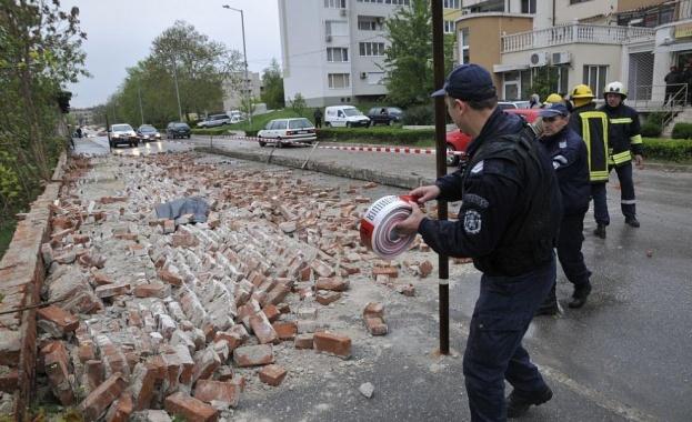 Мъж загина тази вечер под рухналата ограда на бивше поделение