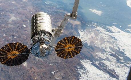 """Товарният кораб """"Сигнус"""" се скачи с МКС"""