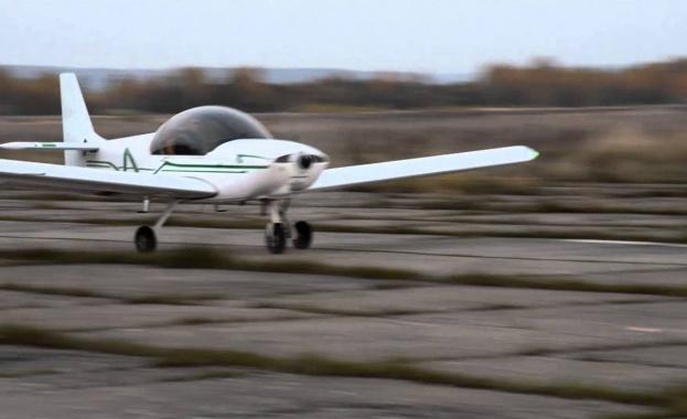 Двама души загинаха, след като малък частен самолет падна край