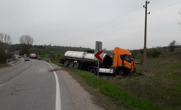 Снимка: Шофьор загина при катастрофа между две цистерни