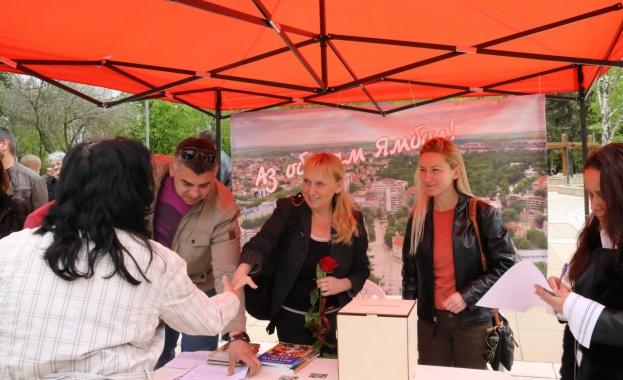 Снимка: Елена Йончева проведе открита приемна с жители на Ямбол