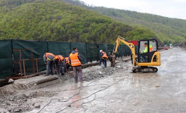 """Снимка: Наесен приключват ремонтите на виадуктите при с. Потоп и """"Коренишки дол"""" на магистрала """"Хемус"""""""